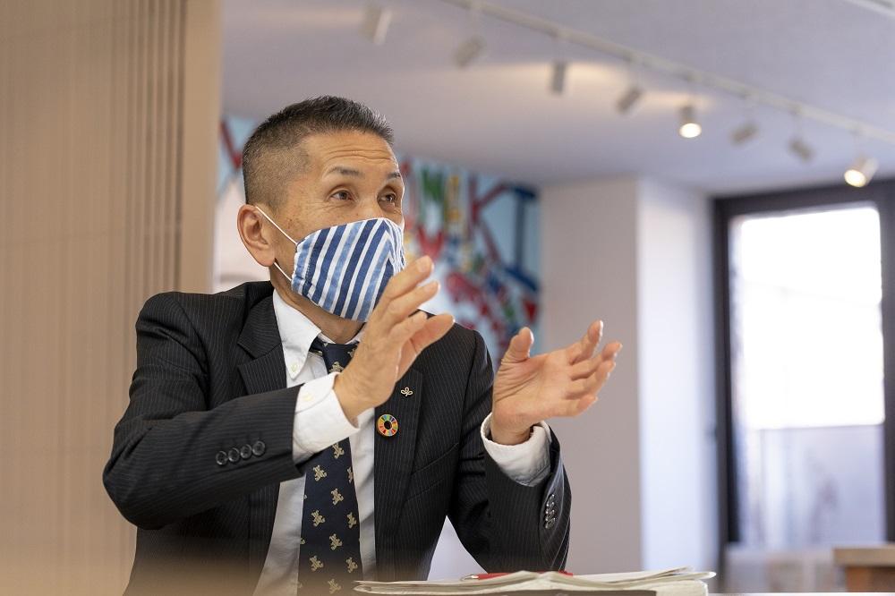 Mr. Kobayashi is talking.