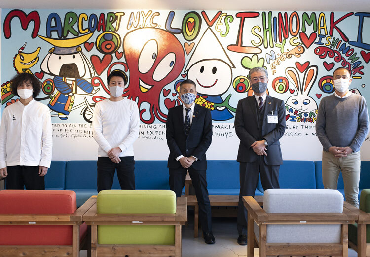 From left to right: Hasegawa (Yahoo! JAPAN), Mr. Abe (President of Fisherman Japan), Mr. Kobayashi (Director of Fisheries and Forestry Policy, Miyagi Prefecture), Mr. Yoshimoto (Director of Industry Department, Ishinomaki City), and Sunaga (Yahoo! JAPAN).